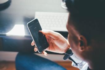 5 moduri in care schimbul de mesaje pe telefon iti face rau