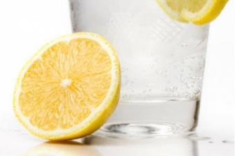 De ce este benefic sa  bei apa cu suc de lamaie dimineata