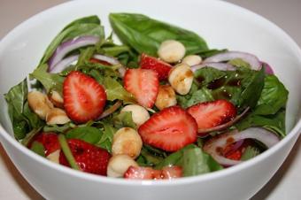 O zi fara carne: Salata de capsune, macadamia si busuioc